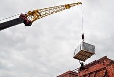 Ανυψωτικός εξοπλισμός στη στέγη του κτηρίου στοκ εικόνα με δικαίωμα ελεύθερης χρήσης