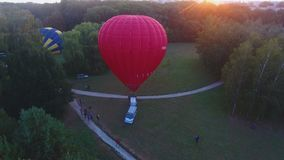 Ανυψωτικός φάκελος του μπαλονιού ζεστού αέρα που επιπλέει στον αέρα, καλάθι στο έδαφος, διαγωνισμός απόθεμα βίντεο