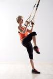Ανυψωτικό πόδι γυναικών και τράβηγμα στα δαχτυλίδια άσκησης Στοκ εικόνα με δικαίωμα ελεύθερης χρήσης
