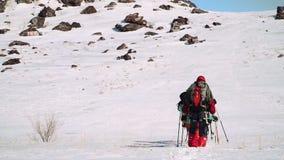 Ανόδους στις μεγάλες χιονισμένες λόφων μια ομάδα τουριστών Πηγαίνουν σε μια γραμμή και χάραξη μιας διαδρομής μέσω των βαθιών κλίσ απόθεμα βίντεο
