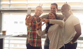 Ανόητοι υπάλληλοι που παίρνουν την αυτοπροσωπογραφία Στοκ φωτογραφία με δικαίωμα ελεύθερης χρήσης