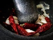 Ανόητος και σκόρδο που προετοιμάζεται για το μαγείρεμα των ταϊλανδικών τροφίμων Στοκ φωτογραφία με δικαίωμα ελεύθερης χρήσης
