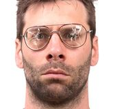 Ανόητο άτομο με τα σπασμένα εκλεκτής ποιότητας γυαλιά στοκ εικόνα