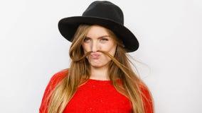 Ανόητο γυναικείο παιχνίδι με τις τρίχες Στοκ εικόνες με δικαίωμα ελεύθερης χρήσης