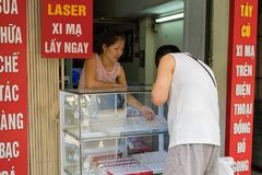 Ανόι, Βιετνάμ - 5 Απριλίου 2015: Άνθρωποι που αγοράζουν το κόσμημα σε ένα χρυσό και ασημένιο κατάστημα Hang στην οδό ΤΣΕ, περιοχή Στοκ Εικόνα