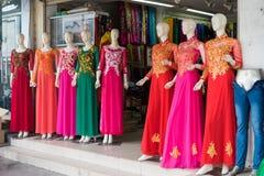Ανόι, Βιετνάμ - 28 Απριλίου 2015: Βιετναμέζικο παραδοσιακό φόρεμα AO Dai για την πώληση σε ένα κατάστημα στην οδό Xuan Thuy Στοκ φωτογραφία με δικαίωμα ελεύθερης χρήσης
