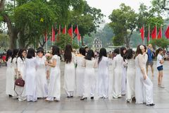 Ανόι, Βιετνάμ - 5 Απριλίου 2015: Ομάδα σπουδαστών στο βιετναμέζικο παραδοσιακό φόρεμα AO Dai που παίρνει τη φωτογραφία για τη μνή Στοκ Φωτογραφία