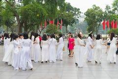 Ανόι, Βιετνάμ - 5 Απριλίου 2015: Ομάδα σπουδαστών στο βιετναμέζικο παραδοσιακό φόρεμα AO Dai που παίρνει τη φωτογραφία για τη μνή Στοκ εικόνα με δικαίωμα ελεύθερης χρήσης