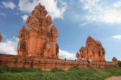 Ανόι, Βιετνάμ - 12,2012 Δεκεμβρίου: Όμορφη αρχιτεκτονική του παλαιού πύργου Cham σε μια ηλιόλουστη ημέρα με το μπλε ουρανό και το στοκ φωτογραφίες με δικαίωμα ελεύθερης χρήσης