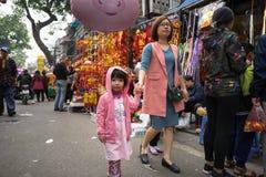 Ανόι, Βιετνάμ - 26 Ιανουαρίου 2017: Οι άνθρωποι παίρνουν μια διακόσμηση και ένα λουλούδι αγοράς περιπάτων για το βιετναμέζικο σελ Στοκ φωτογραφίες με δικαίωμα ελεύθερης χρήσης