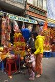 Ανόι, Βιετνάμ - 26 Ιανουαρίου 2017: Οι άνθρωποι παίρνουν μια διακόσμηση και ένα λουλούδι αγοράς περιπάτων για το βιετναμέζικο σελ Στοκ φωτογραφία με δικαίωμα ελεύθερης χρήσης