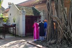 Ανόι, Βιετνάμ - 24 Ιουλίου 2016: Βιετναμέζικοι λαοί που φορούν το παλαιό παραδοσιακό μακρύ φόρεμα AO Dai που προσεύχεται στο μικρ Στοκ φωτογραφίες με δικαίωμα ελεύθερης χρήσης