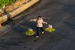 Ανόι, Βιετνάμ - 23 Ιουλίου 2016: Εναέρια άποψη των βιετναμέζικων φέρνοντας φρούτων προμηθευτών γυναικών στην ισορροπία στην οδό P Στοκ Εικόνα