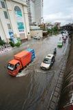 Ανόι, Βιετνάμ - 17 Ιουλίου 2017: Κυκλοφορία στην πλημμυρισμένη οδό Minh Khai μετά από τη δυνατή βροχή με τα αυτοκίνητα, μοτοσικλέ Στοκ Εικόνες
