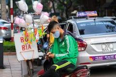 Ανόι, Βιετνάμ - 7 Ιουλίου 2017: Οδηγός μοτοσικλετών αρπαγών που περιμένει τον πελάτη στην οδό BA Trieu Μπααλμένο Βιετνάμ το 2014, στοκ εικόνα με δικαίωμα ελεύθερης χρήσης