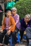 Ανόι, Βιετνάμ - 22 Ιουνίου 2017: Βιετναμέζικοι ηλικιωμένοι άνθρωποι στο λαϊκό του χωριού φεστιβάλ στο κοινοτικό σπίτι έτσι στο χω Στοκ φωτογραφίες με δικαίωμα ελεύθερης χρήσης