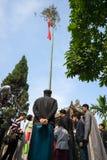 Ανόι, Βιετνάμ - 22 Ιουνίου 2017: Να αυξήσει τα τελετουργικά δέντρων Neu στο κοινοτικό σπίτι έτσι στο χωριό, περιοχή Quoc Oai Ο πό στοκ φωτογραφίες