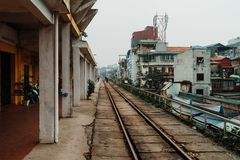 Ανόι, Βιετνάμ, 12 20 18: Οι τουρίστες που περιμένουν στη διάσημη οδό τραίνων στο Ανόι και παίρνουν μερικές εικόνες στοκ εικόνες με δικαίωμα ελεύθερης χρήσης