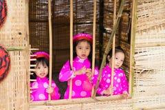 Ανόι, Βιετνάμ - 7 Φεβρουαρίου 2015: Παιδιά με το βιετναμέζικο παραδοσιακό μακροχρόνιο παιχνίδι AO Dai φορεμάτων στο βιετναμέζικο  Στοκ φωτογραφία με δικαίωμα ελεύθερης χρήσης
