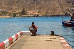 Ανύπαντρο που αλιεύει από το συγκεκριμένο λιμενοβραχίονα στη συσσωρευμένη μαρίνα στο Los Cristianos στο νησί Teneriffe Στοκ φωτογραφία με δικαίωμα ελεύθερης χρήσης