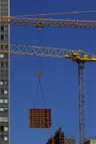 ανύψωση γερανών κατασκε&upsil Στοκ Φωτογραφίες