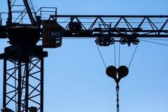 Ανύψωση της σκιαγραφίας γερανών Στοκ εικόνα με δικαίωμα ελεύθερης χρήσης