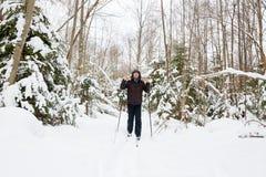 Ανώμαλο να κάνει σκι νεαρών άνδρων στο δάσος Στοκ Εικόνες