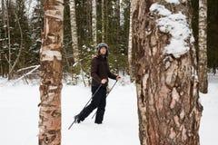Ανώμαλο να κάνει σκι νεαρών άνδρων στο δάσος Στοκ Εικόνα
