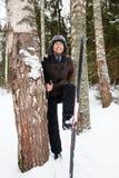 Ανώμαλο να κάνει σκι νεαρών άνδρων στο δάσος Στοκ εικόνα με δικαίωμα ελεύθερης χρήσης