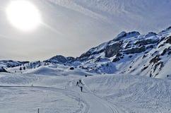 Ανώμαλα περάσματα σκι πέρα από το θέρετρο Somport στα Πυρηναία Στοκ φωτογραφία με δικαίωμα ελεύθερης χρήσης