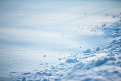 Ανώμαλη επιφάνεια του ραγισμένου φωτός και των σκιών σύστασης αντίθεσης ύψους κρουστών πάγου στον τομέα χιονιού Στοκ εικόνα με δικαίωμα ελεύθερης χρήσης