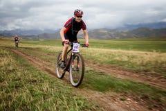 Ανώμαλος μαραθώνιος ποδηλάτων βουνών περιπέτειας Στοκ φωτογραφία με δικαίωμα ελεύθερης χρήσης