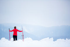 Ανώμαλο να κάνει σκι: νέο ανώμαλο να κάνει σκι γυναικών Στοκ Φωτογραφίες