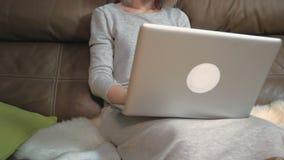 Ανώνυμη δακτυλογράφηση γυναικών στο lap-top της απόθεμα βίντεο