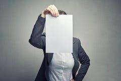 Ανώνυμη γυναίκα που καλύπτει το πρόσωπο με το φύλλο εγγράφου στοκ εικόνες με δικαίωμα ελεύθερης χρήσης