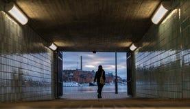 Ανώνυμη γυναίκα που περπατά έξω από τη σήραγγα σταθμών μετρό στοκ φωτογραφίες