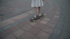 Ανώνυμη γυναίκα στο longboard απόθεμα βίντεο