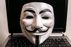 Ανώνυμη μάσκα στο πληκτρολόγιο στοκ φωτογραφίες