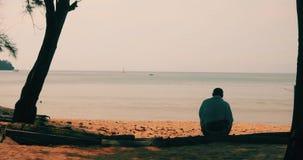 Ανώνυμη συνεδρίαση ατόμων στην αμμώδη παραλία απόθεμα βίντεο