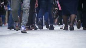 Ανώνυμοι άνθρωποι πλήθους που περπατούν στην οδό Πόδια πλήθους κίνηση αργή απόθεμα βίντεο