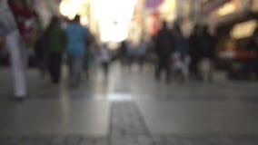 Ανώνυμοι συσσωρευμένοι άνθρωποι που περπατούν στην οδό φιλμ μικρού μήκους