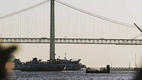 Ανώνυμος τουρίστας που εξετάζει τη γέφυρα και τα σκάφη απόθεμα βίντεο