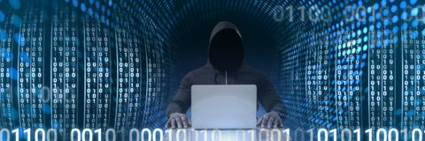 Ανώνυμος χάκερ με τη δυαδική διεπαφή κώδικα υπολογιστών Στοκ Εικόνα
