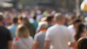Ανώνυμο πλήθος των ανθρώπων που περπατούν στην οδό πόλεων σε μια θαμπάδα απόθεμα βίντεο