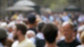 Ανώνυμο πλήθος των ανθρώπων που περπατούν στην οδό πόλεων σε μια θαμπάδα κίνηση αργή απόθεμα βίντεο