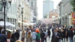 Ανώνυμο πλήθος των ανθρώπων που περπατούν σε αργή κίνηση φιλμ μικρού μήκους