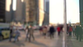 Ανώνυμο πλήθος των ανθρώπων που περπατούν σε μια οδό απόθεμα βίντεο
