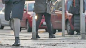Ανώνυμο πλήθος των ανθρώπων που περπατούν την οδό πόλεων του Ζάγκρεμπ σε αργή κίνηση απόθεμα βίντεο