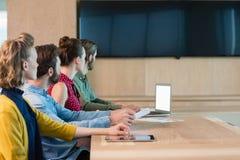 Ανώτατα στελέχη επιχείρησης που ακούνε μια παρουσίαση στη αίθουσα συνδιαλέξεων Στοκ εικόνα με δικαίωμα ελεύθερης χρήσης