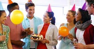 Ανώτατα στελέχη επιχείρησης που γιορτάζουν τα γενέθλια φιλμ μικρού μήκους